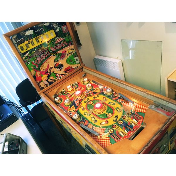 Williams Struggle Buggies 1953 vintage antique flipper woodrail pinball machine with maple wood rail set and original legs - image 7
